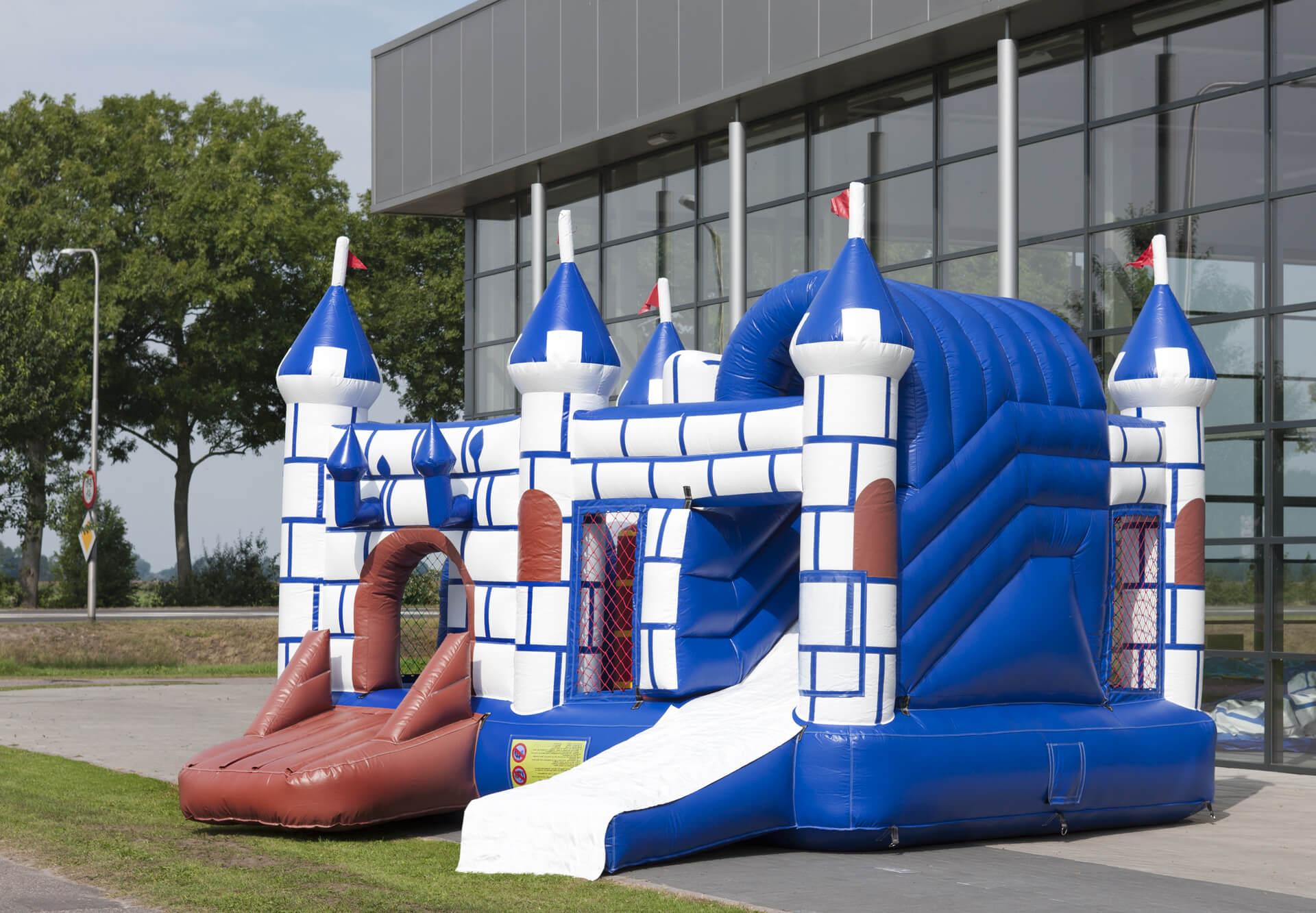 Petit château gonflable et toboggan château fort