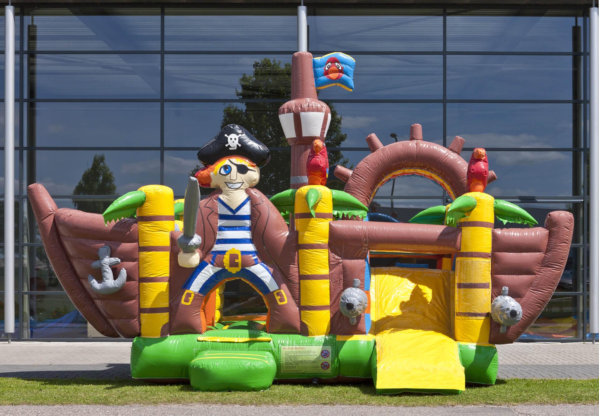 Petit château gonflable et toboggan pirates